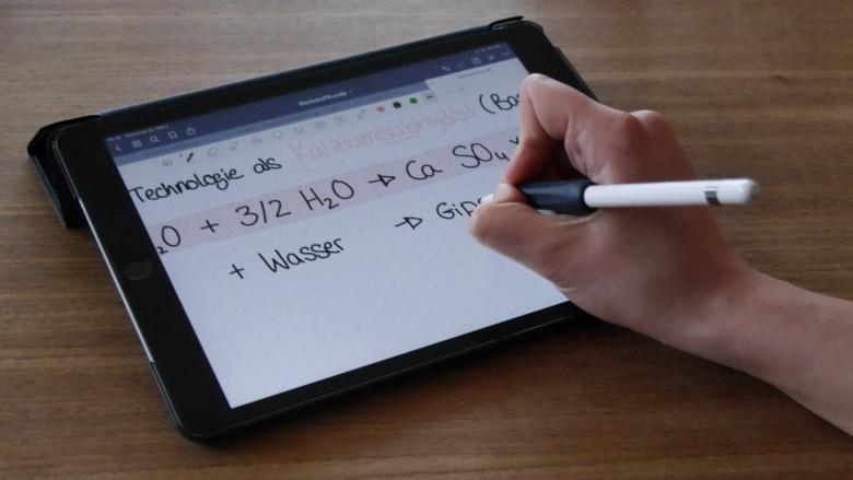 iPad mit Note Anwendung mit handschriftlicher Notation von chemischer Formel Wasser und Gips